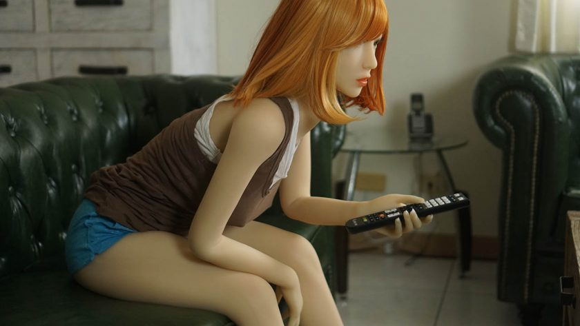 Yan Doll Forever Roux Rouquine Assise Télécommande Profile