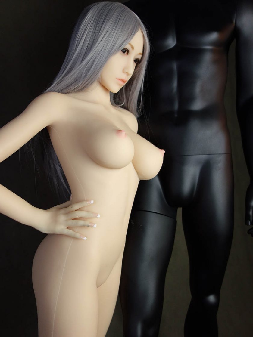 Yan Doll Forever Assise Violet Nue Seins Debout Bras Profile